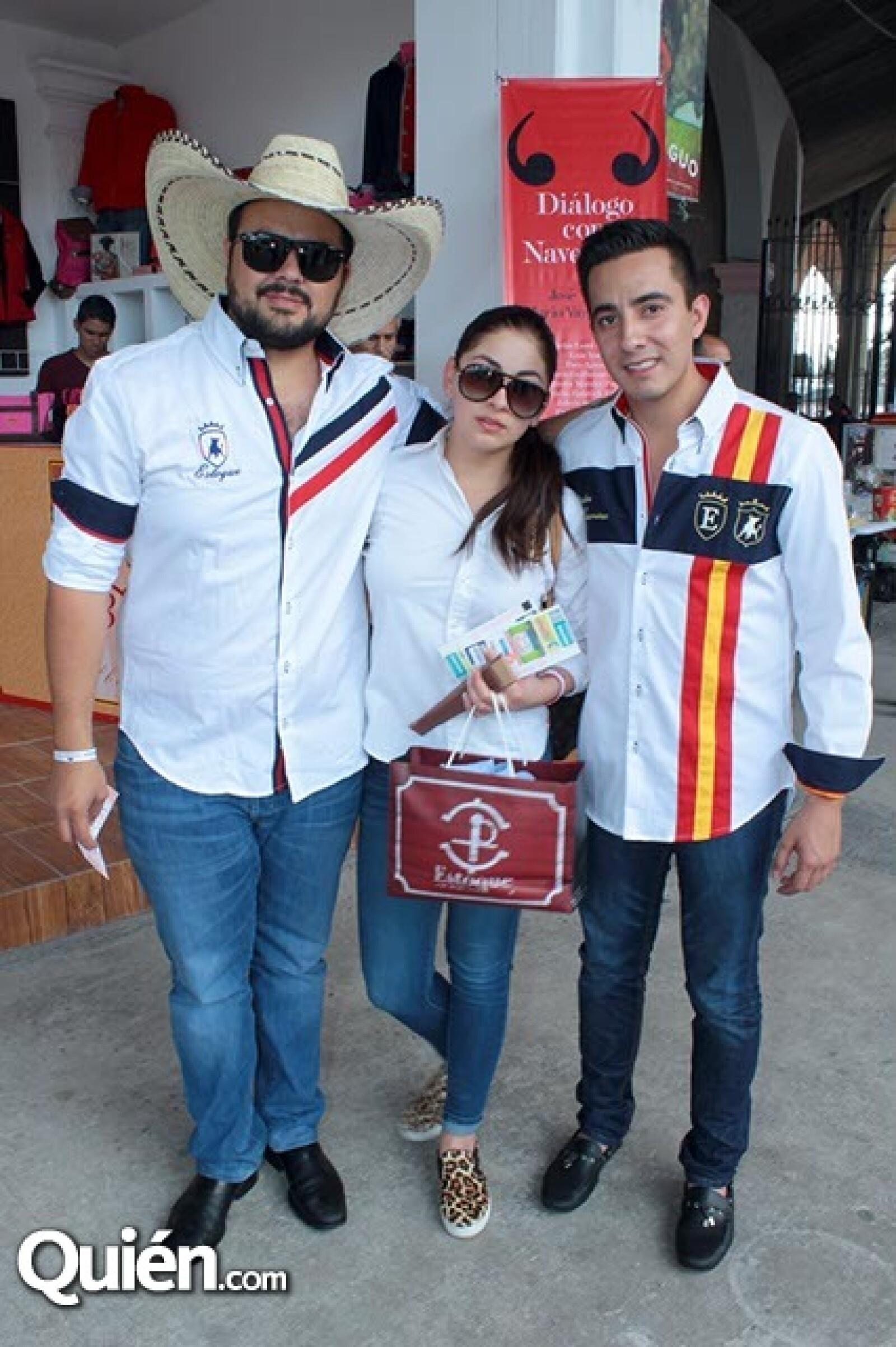 Gilberto y Giselle Cabral con Carlos Chacón