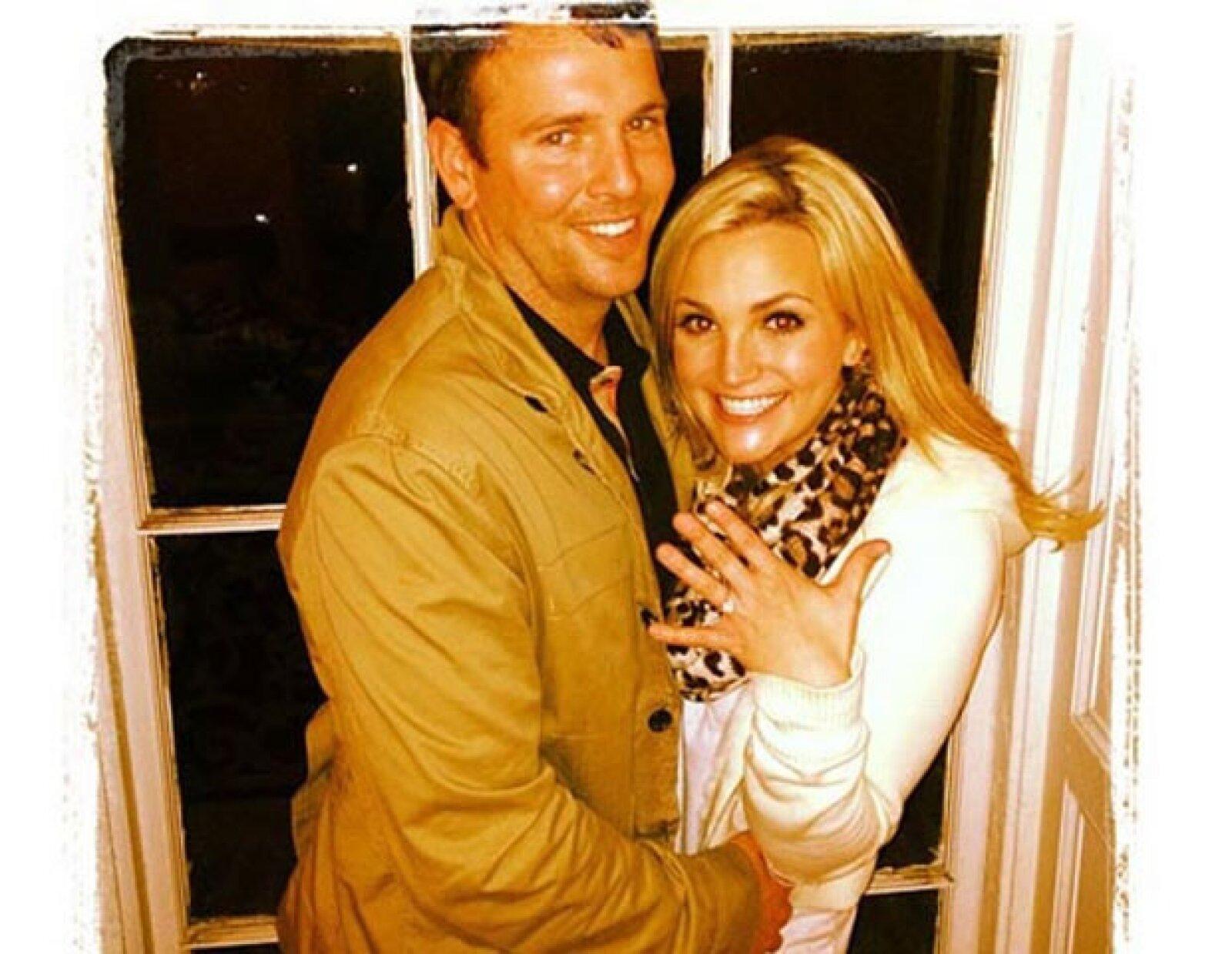 La hermana pequeña de Britney, Jamie Lynn Spears sorprendió a sus fans al anunciar su compromiso con Jamie Watson de 30 años. Ella 21. Igual y son nueve años de diferencia, pero ella, sí que luce mucho más chica.