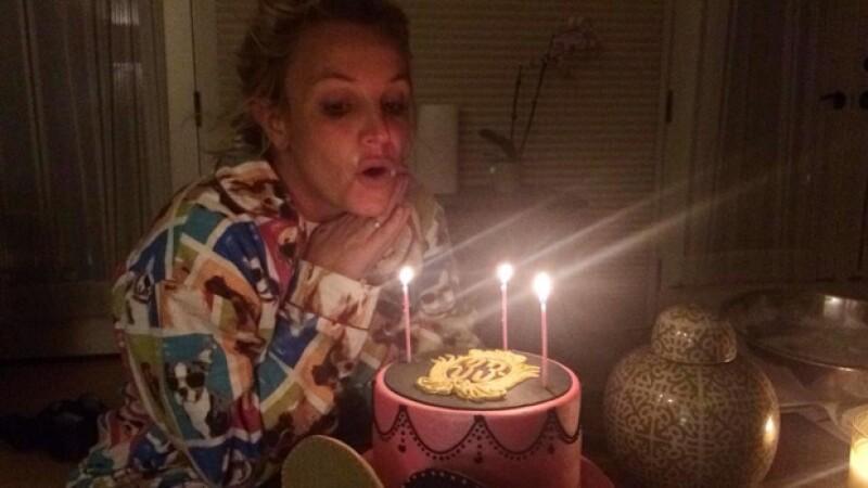 La cantante pop celebró su 33 aniversario junto a su nueva pareja, Charlie Ebersol, quien como regalo,  creó un pastel exclusivo para ella.