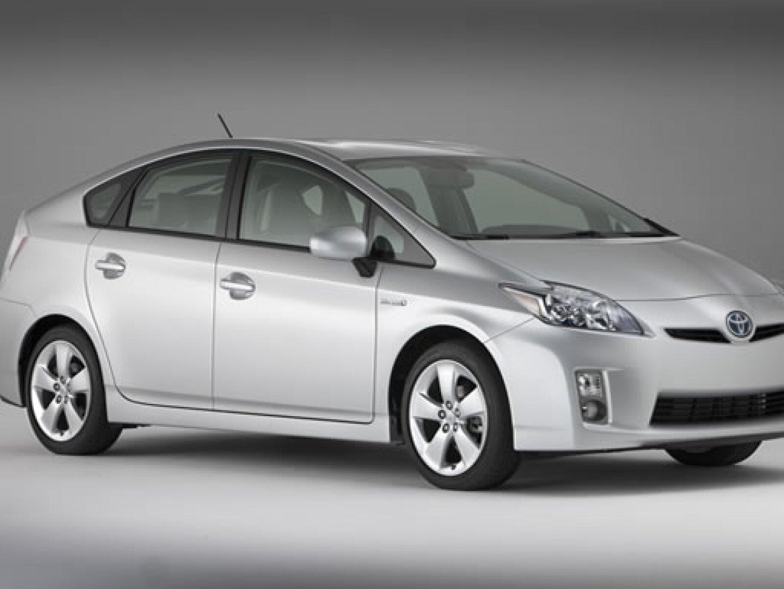 La companía japonesa lanzó la tercera generacion del popular Prius, líder mundial en ventas en el segmento de autos híbridos. Mayor autonomía de gasolina y tecnologia innovadora caracterizan al vehiculo.