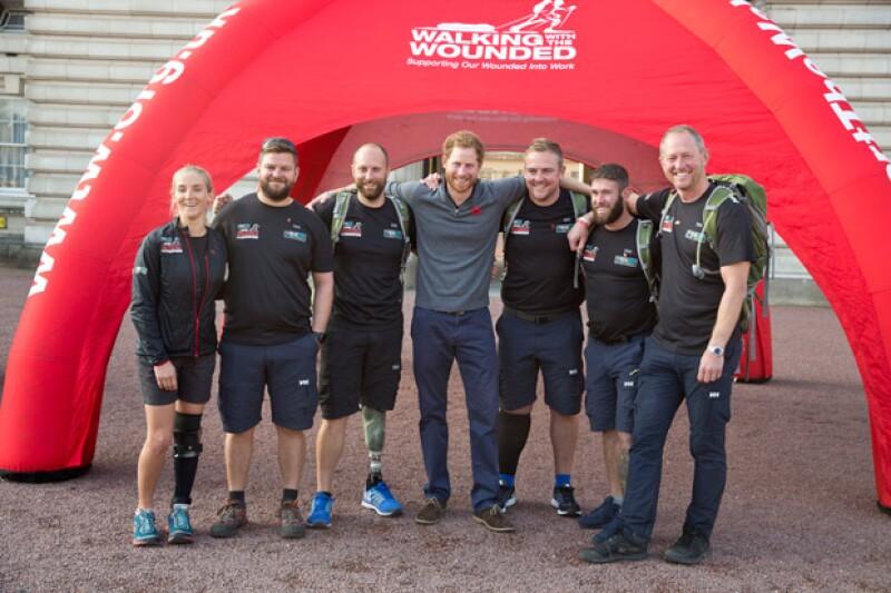 El príncipe recibió a las seis personas que realizaron el maratón de mil millas, el cual consistió en recorrer Gran Bretaña durante 72 días.
