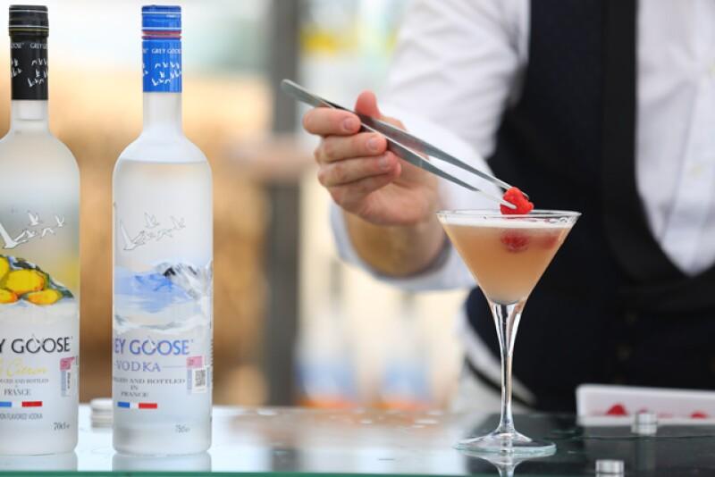 Grey Goose French Martini. La frambuesa además de darle un toque decorativo, complementa de manera perfecta el coctel.