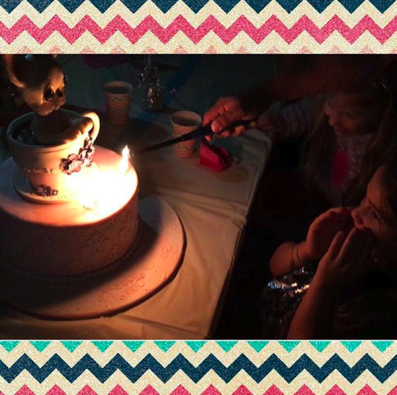 La niña celebró en grande con pastel y rodeada de sus amiguitos.