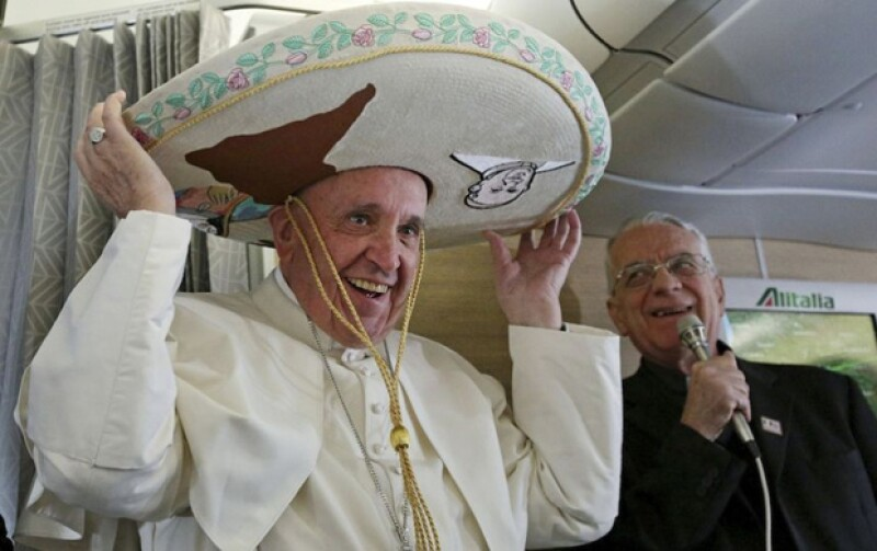 El Papa Francisco luce, rumbo a México, un sombrero charro de gamuza color marfil.