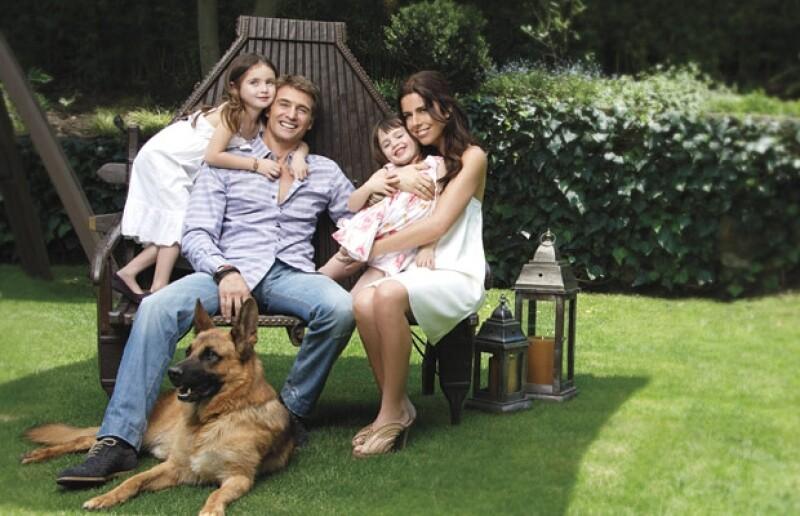 Se casaron cuándo él tenía 37 años y ella, 29; tienen dos hijas, Mía y Azul, y en su casa vive un pastor alemán llamado Gardel.