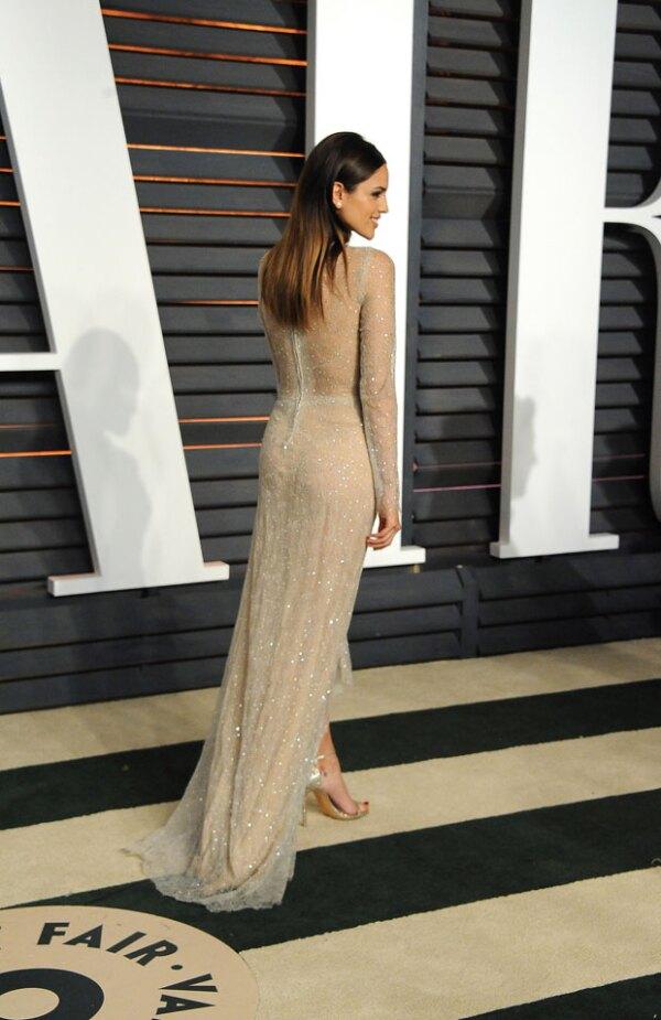 Consciente de su glamouroso outfit, Eiza posó muy sexy para los medios.