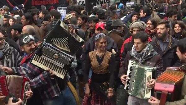 -AFP- Artistas callejeros protestan en Buenos Aires