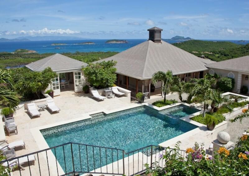 El complejo turístico de lujo Mustique es dueño de la superficie total de la isla, la cual cuenta con 80 propiedades de lujo, con todas las comodidades para disfrutar de las paradisíacas playas caribeñas.