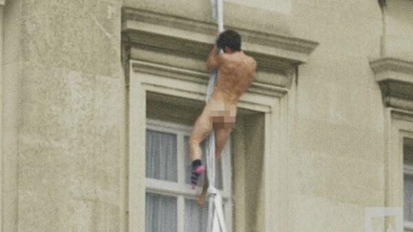 Este jueves circula un video en el que se ve a un hombre completamente desnudo saliendo por una de las ventanas del palacio real.