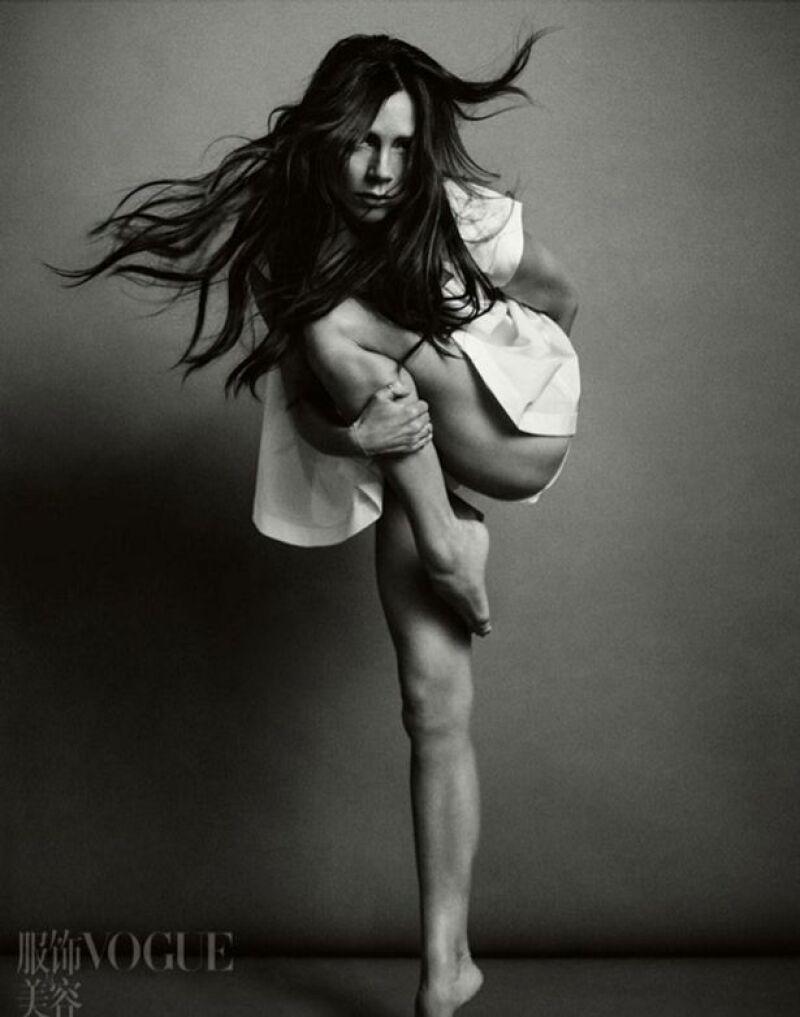 La diseñadora de moda es una nueva víctima del Photoshop, después de que Vogue China publicara unas fotos en la que le han desprendido una pierna del cuerpo.