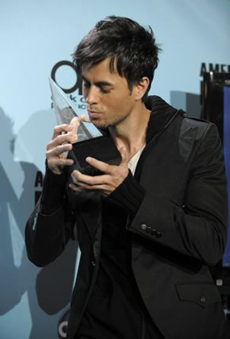 El cantante español se llevó una vez más el premio en los American Music Awards. Su primer galardón lo consiguió en 1998 y en total tiene seis en su casa.