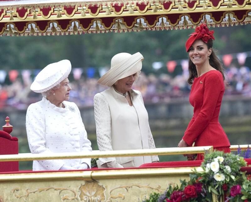 Durante la celebración por el 60 aniversario de la Reina Isabel II en el trono, la Duquesa de Cambridge lució un llamativo vestido que contrasto con el de otros miembros de la realeza.