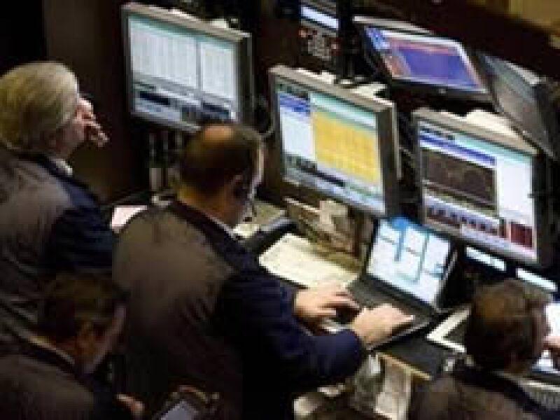 Las acciones estadounidenses operan a la baja a media jornada del lunes. (Archivo)