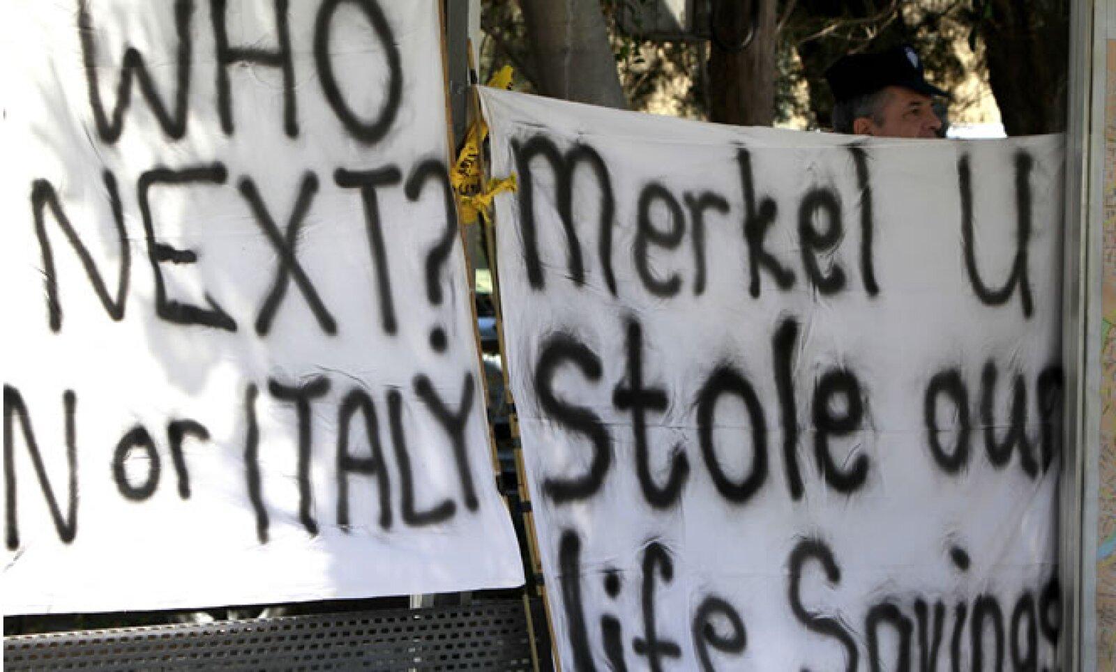El sector bancario de Chipre es mucho mayor que el tamaño de la economía real de la isla y sus bancos fueron castigados fuertemente por su exposición a Grecia, una vecina mucho mayor.