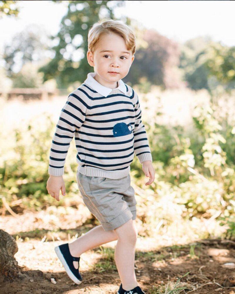 Happy birthday, George! El tierno príncipe cumple hoy tres años, por lo que los duques de Cambridge publicaron unas imágenes del pequeño, en su casa de Norfolk, para festejarlo.