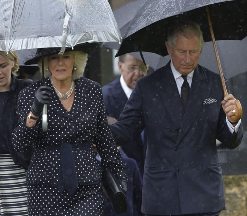 Carlos y Camilla se protegieron de la lluvia a su salida de la iglesia, posteriormente se dirigieron a una reunión privada.