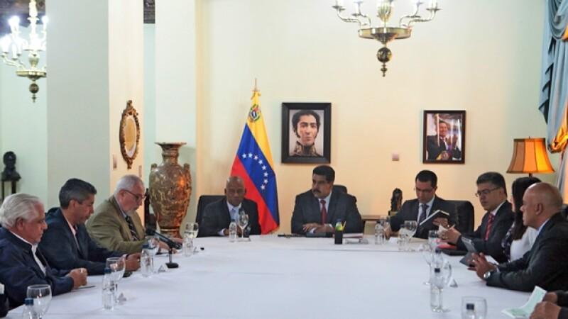 El presidente de Venezuela Nicolás Maduro hablando con los representantes de la oposición a fin de entablar un diálogo para la paz el martes en Caracas