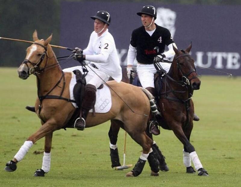 Los príncipes Enrique y Guillermo de Gales practican Polo.