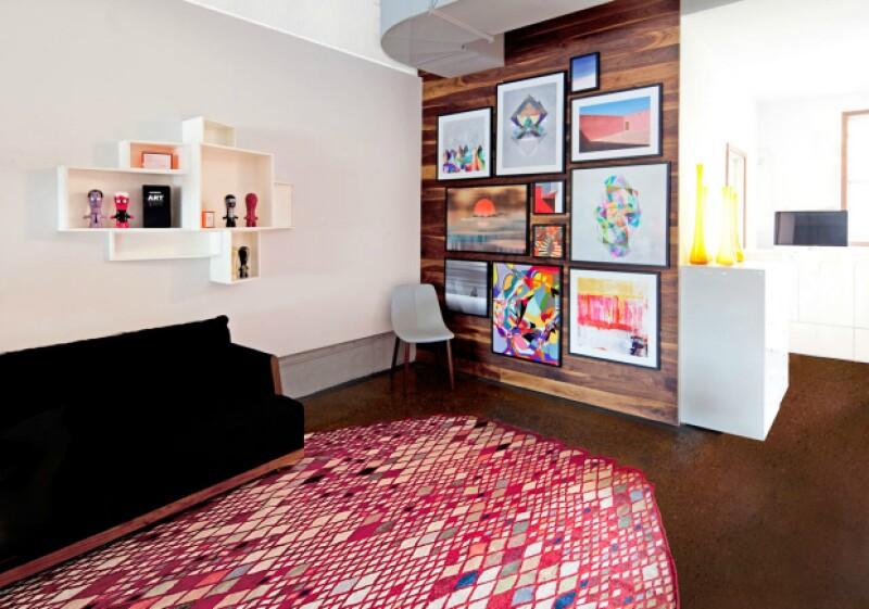 A paredes neutras, colores enmarcados.