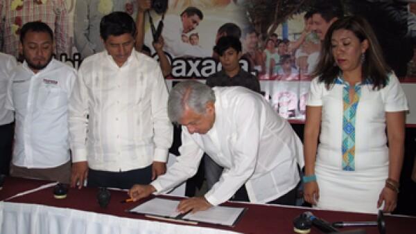 López Obrador encabezó la firma del acuerdo de Morena con la CNTE. (Foto: www.amlo.org.mx/Cortesía )