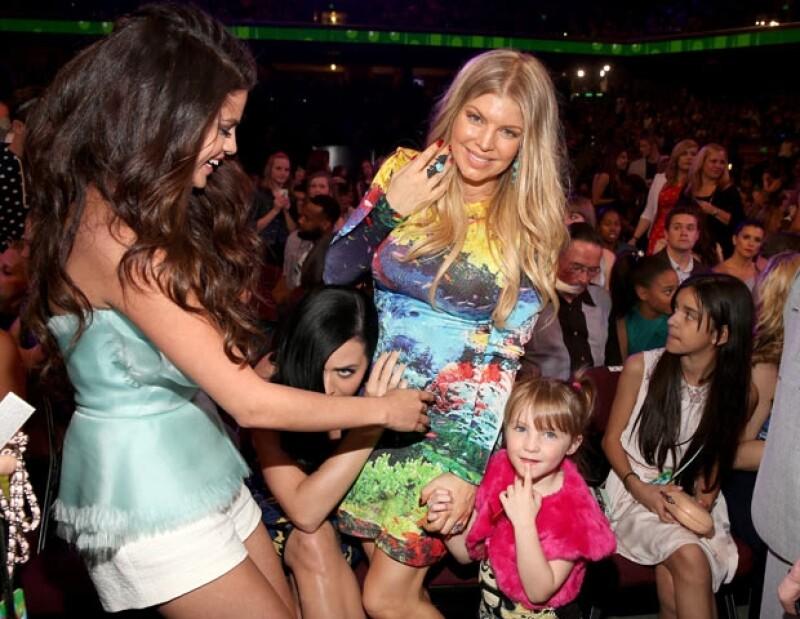 Las cantantes no pudieron resistirse a tocar el vientre abultado de Fergie, quien lució muy guapa con un minivestido ajustado en colores brillantes durante los Kids´Choice Awards.