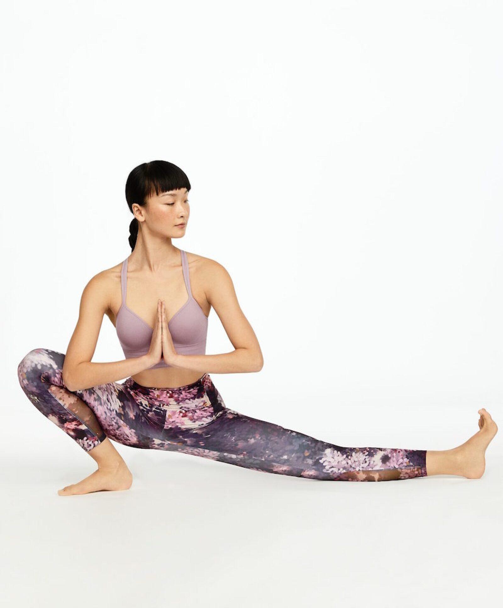 It's Yoga time! Olvídate del negro y el gris, usa leggins estampados y sobretodo que te permitan hacer todas las posiciones de yoga. Oysho.com / top: $599, leggins: 799