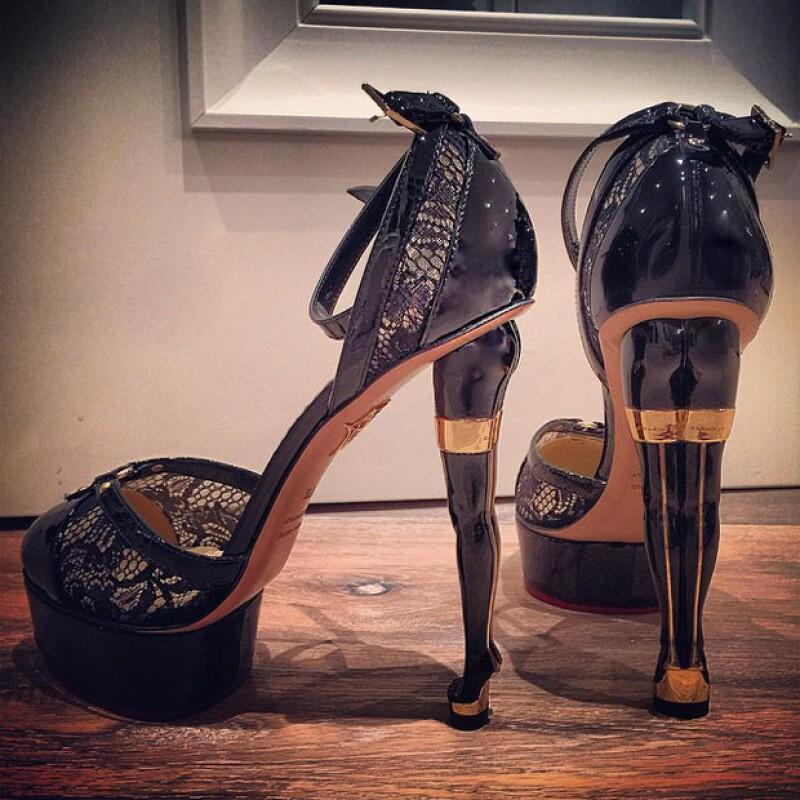 Thalía puso este par de stilettos a pie de su arbolito, esperando un regalo a cambio.