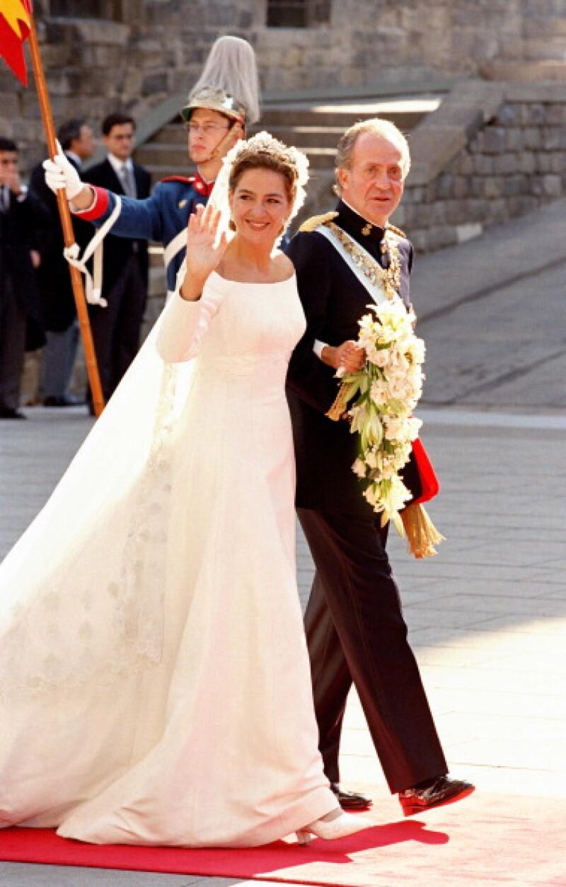 a Infanta Cristina junto a su padre, el Rey Juan Carlos en el día de su boda.