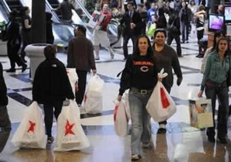 Los consumidores en EU dijeron que gastarían 8% menos en comparación al arranque de compras de 2008. (Foto: Reuters)