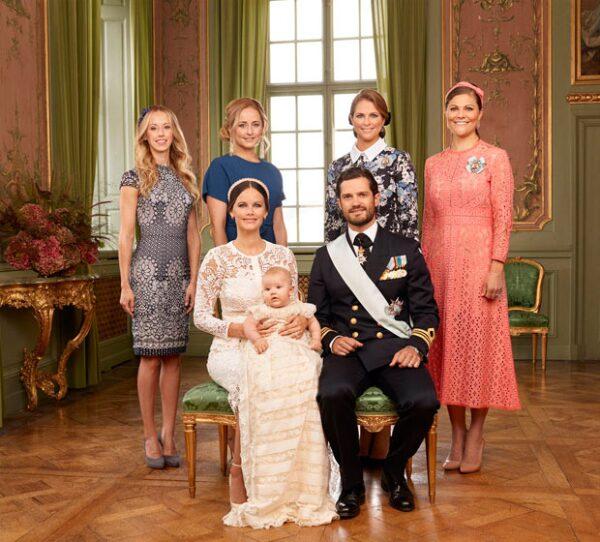 También posaron con las tías maternas, Lina Frejd y Sara Hellqvist y las tías paternas, las princesas Victoria y Magdalena de Suecia.