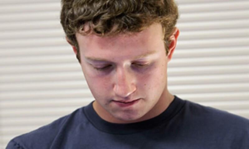 A diferencia de otras historias de éxito tecnológico, la figura de Mark Zuckerberg rivaliza directamente con la de su creación. (Foto: AP)