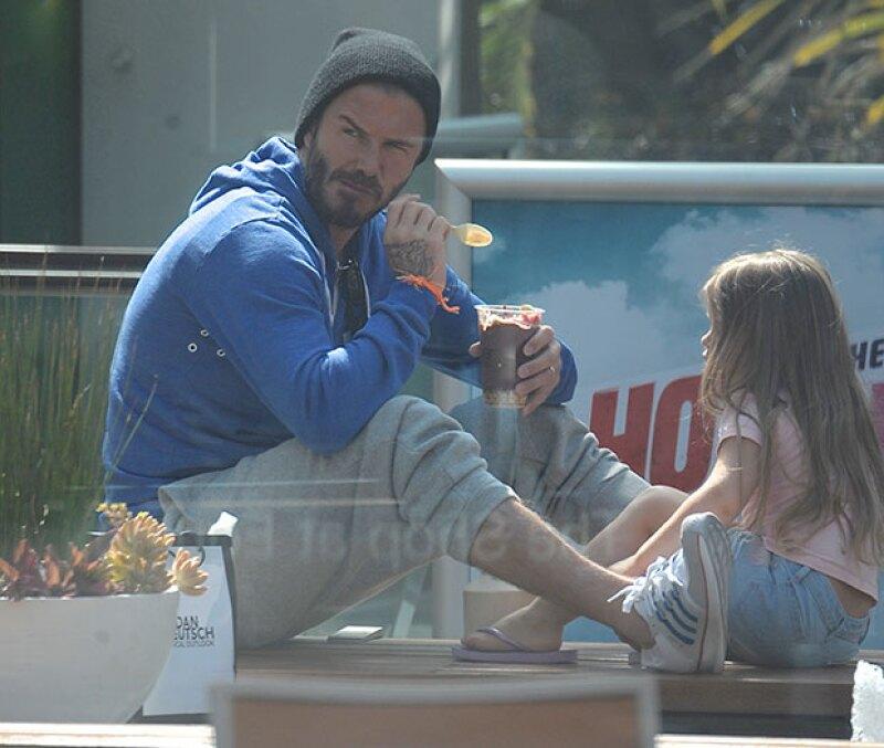 Juntos, en Los Ángeles, papá e hija pasaron un momento muy agradable al compartir un postre sentados en el piso.