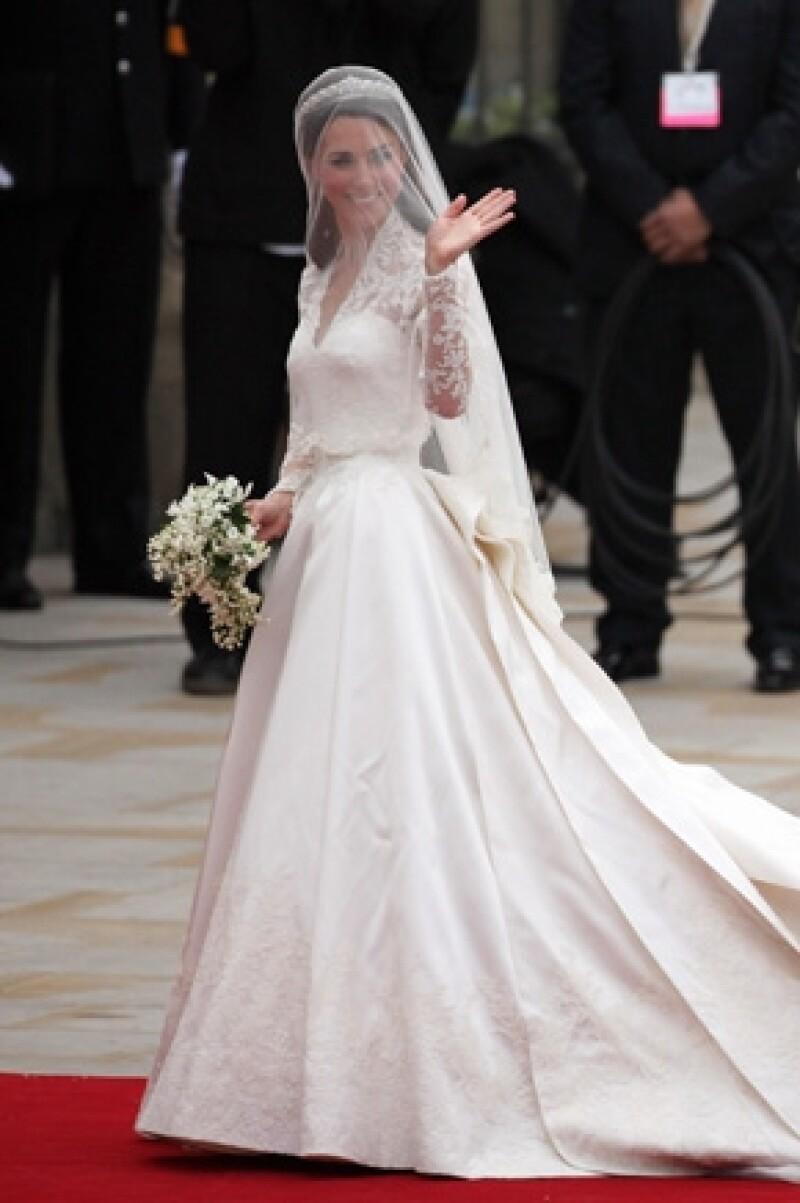 El atuendo que portó la duquesa de Cambridge el día de su boda creado por Sarah Burton para Alexander McQueen causó tanta sensación que ya tiene una página especial.