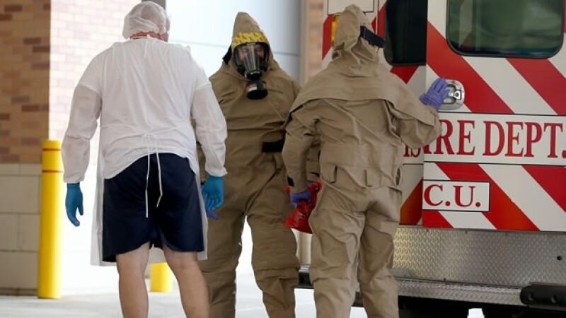 El paciente que posiblemente adquirió ébola es llevado a un hospital de Texas este miércoles en Dallas, Texas