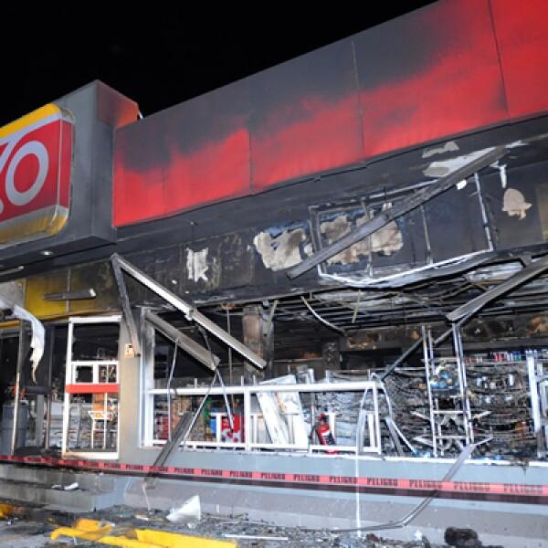 Sujetos armados asaltaron e incendiaron tiendas Oxxo uicadas en Hidalgo y el Estado de México.