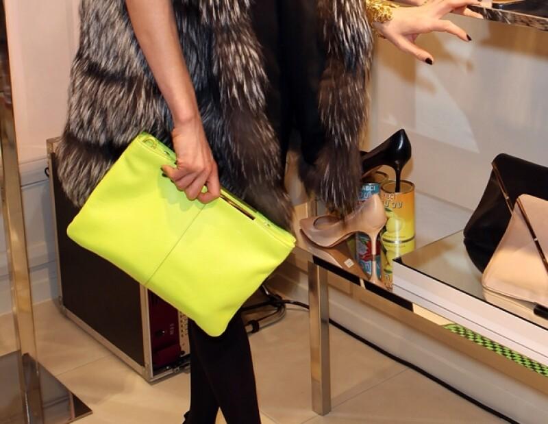 Una bolsa en color amarillo neón para completar tu atuendo.