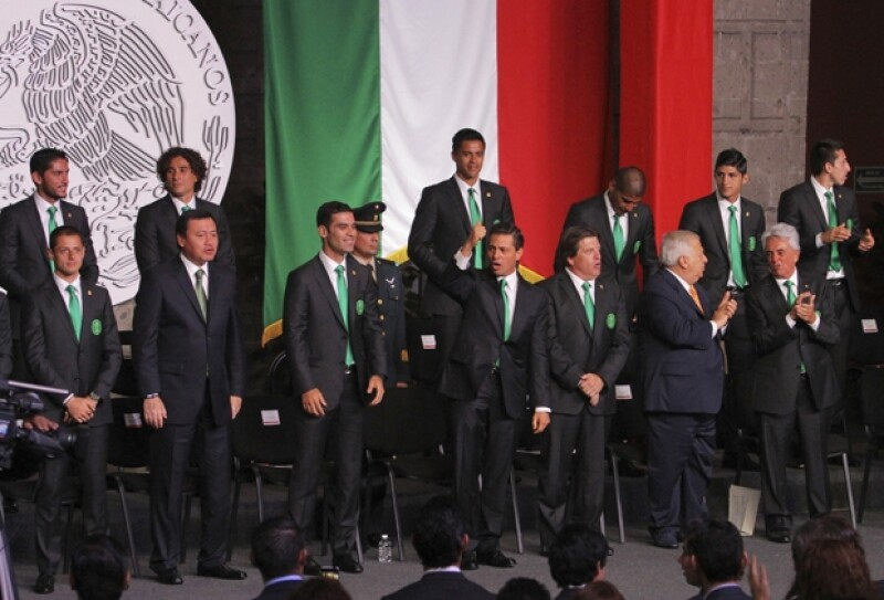 El presidente de México entregó la bandera de nuestro país al capitán de la selección, Rafa Márquez, durante una ceremonia en el Palacio Nacional previa a su viaje al mundial.