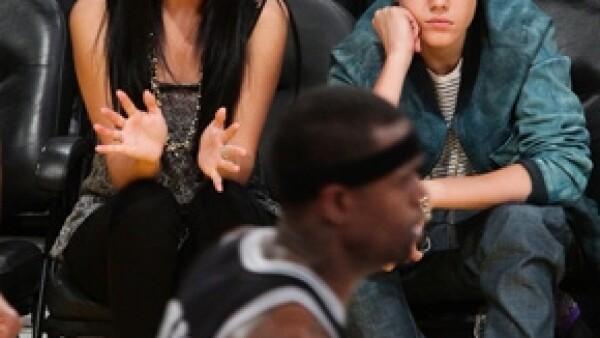 El cantante acudió ayer al juego de Miami Heat contra Indiana Pacers con todo y su guarura. Mientras tanto, a unas sillas de distancia, David Beckham veía el partido como cualquier otro civil.