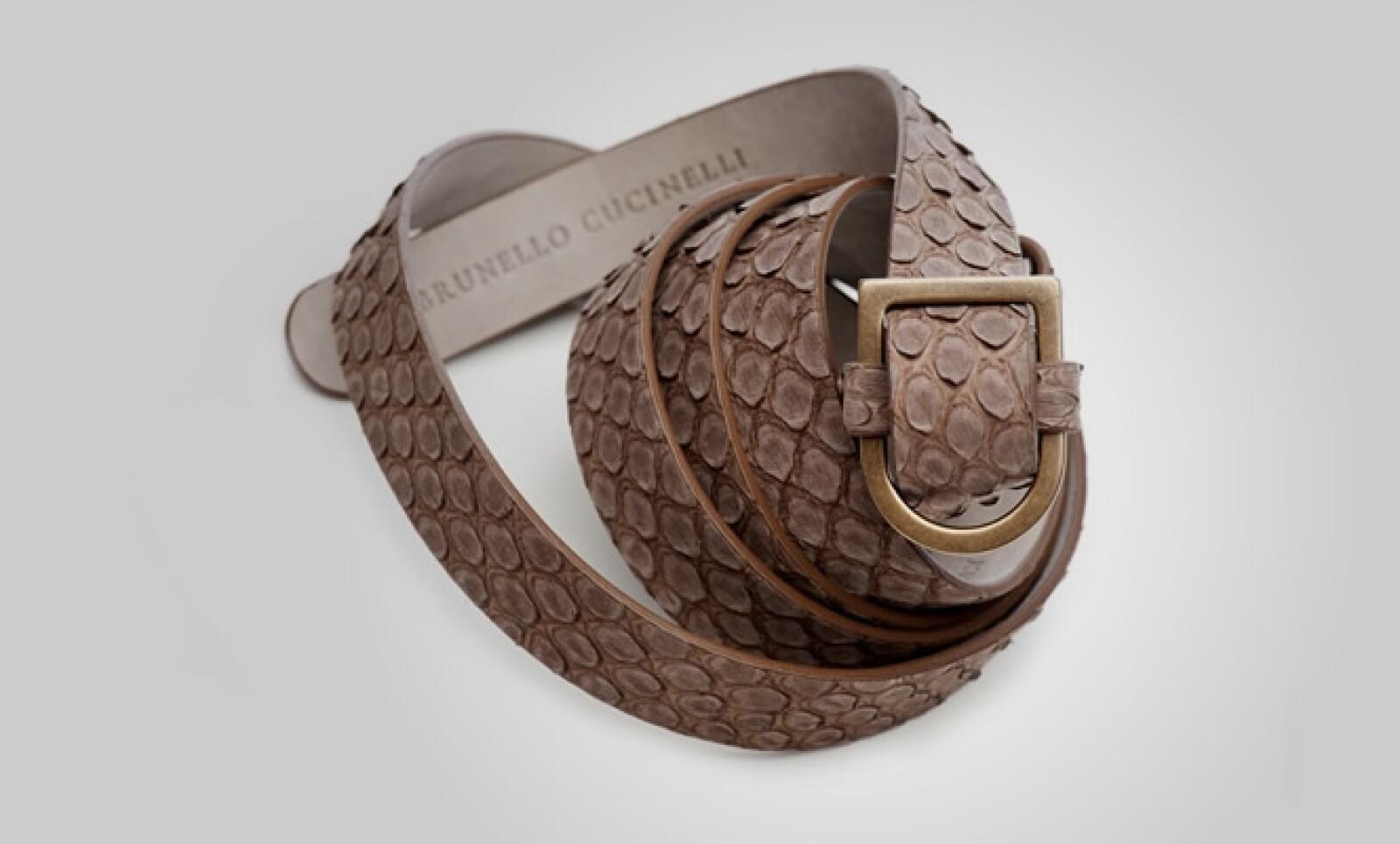 Puedes combinarla con este cinturón hecho en piel emulando textura de cocodrilo.
