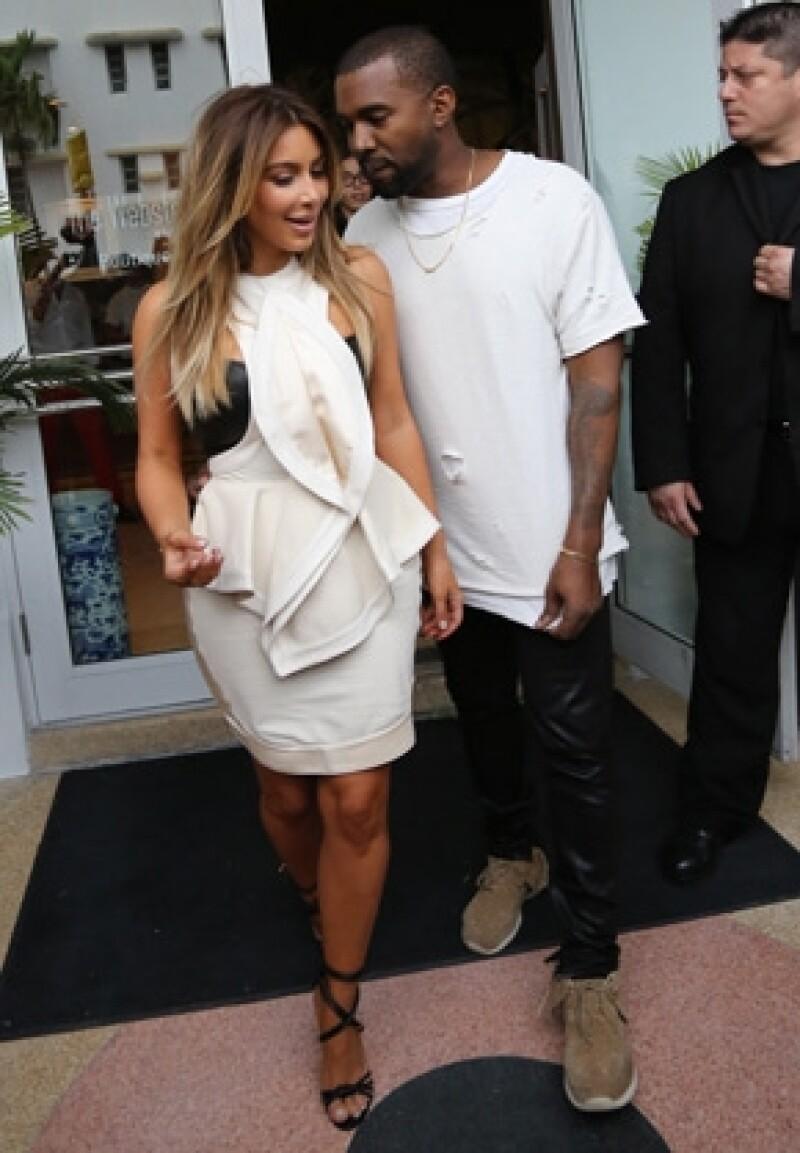 En este momento Kardashian y West están en Francia, donde la joven de 33 años ha visitado tres diseñadores. Todo apunta a que ellos serán los genios detrás de los atuendos para el gran día.