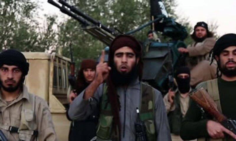 El video de ISIS muestra titulares de varios medios que hablan de cómo Francia se unió a la coalición (Foto: CNN)