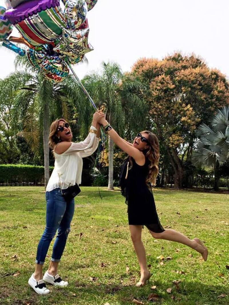 """""""Flaca agarrame que me vuelo con los globos y toda mi #thaliasodicollection 😂😜😂😜 #happybirthday @liliestefan 🎉🎉"""", Thalía escribió con esta foto."""