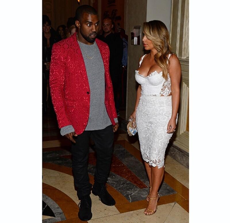 Kanye y Kim vistieron con outfits de encaje para la ocasión. Ambos parecían felices.