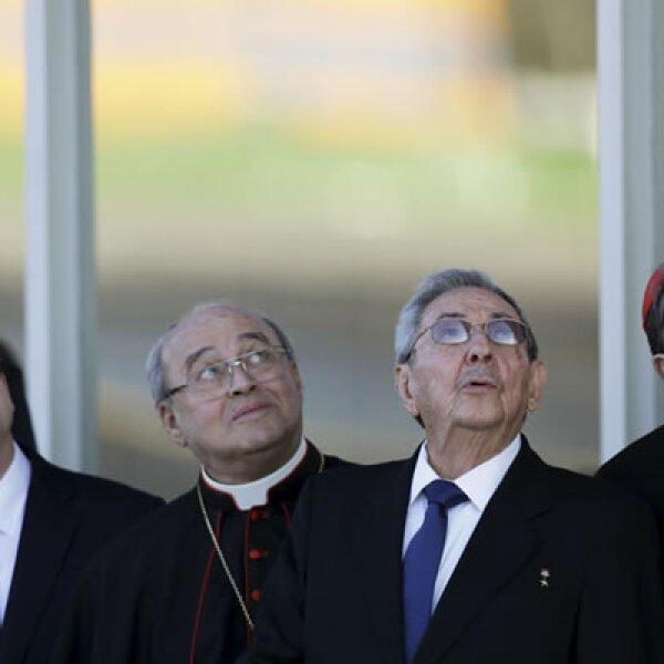 De izquierda a derecha; el ministro de asuntos exteriores Bruno Rodríguez, el cardenal de Cuba Jaime Ortega y el presidente cubano Raúl Castro