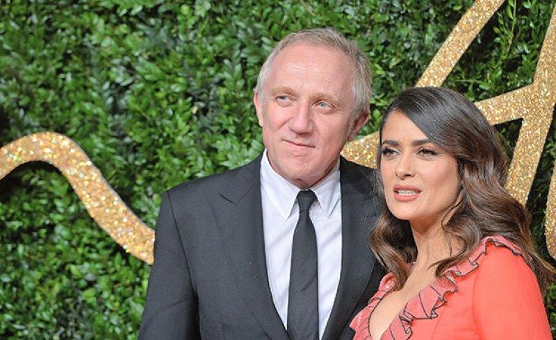 Aunque la actriz mexicana volvió a mostrar un escote de infarto, esto no fue lo que robó el spotlight en los British Fashion Awards, sino las muestras de cariño a su esposo.