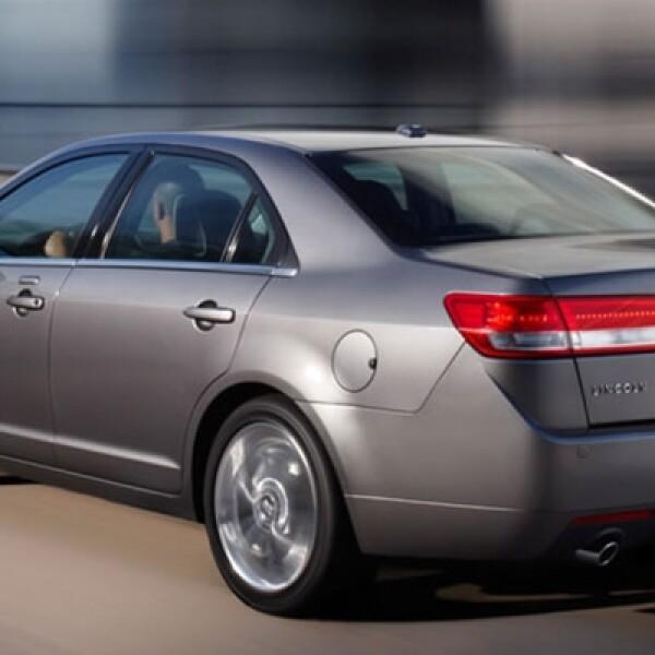 La marca de lujo se suma a la moda de los coches híbridos y produce una máquina que llega a los 80 km/h con la recarga vía eléctrica.