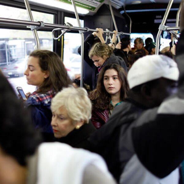 El tráfico matutino fue intenso debido a que la gente regresó a sus actividades laborales. Las clases en las escuelas permanecen suspendidas.