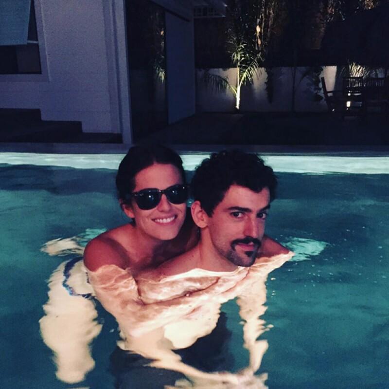 Karla Souza y Luis Gerardo Méndez se reunieron en Los Ángeles, donde disfrutaron de un rato en la alberca.