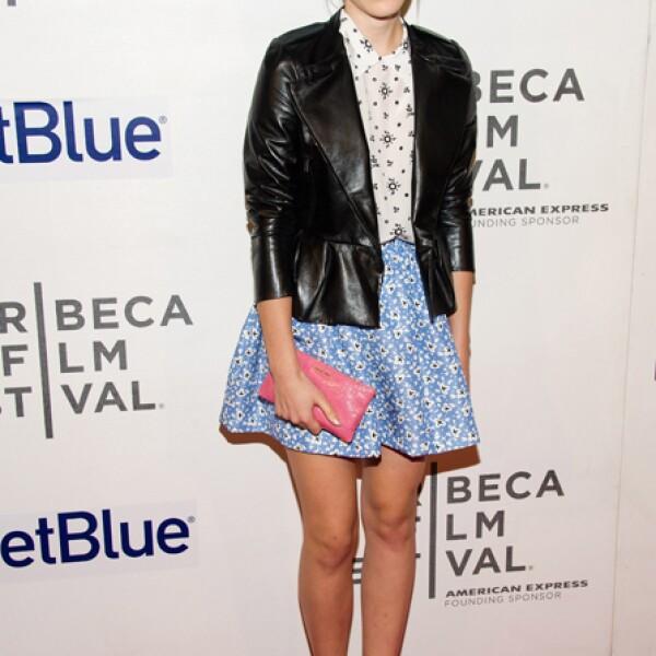 Para el festival de Tribeca logró un look naive con una falda y camisa de Miu Miu destacados con una chaqueta confeccionada en piel.
