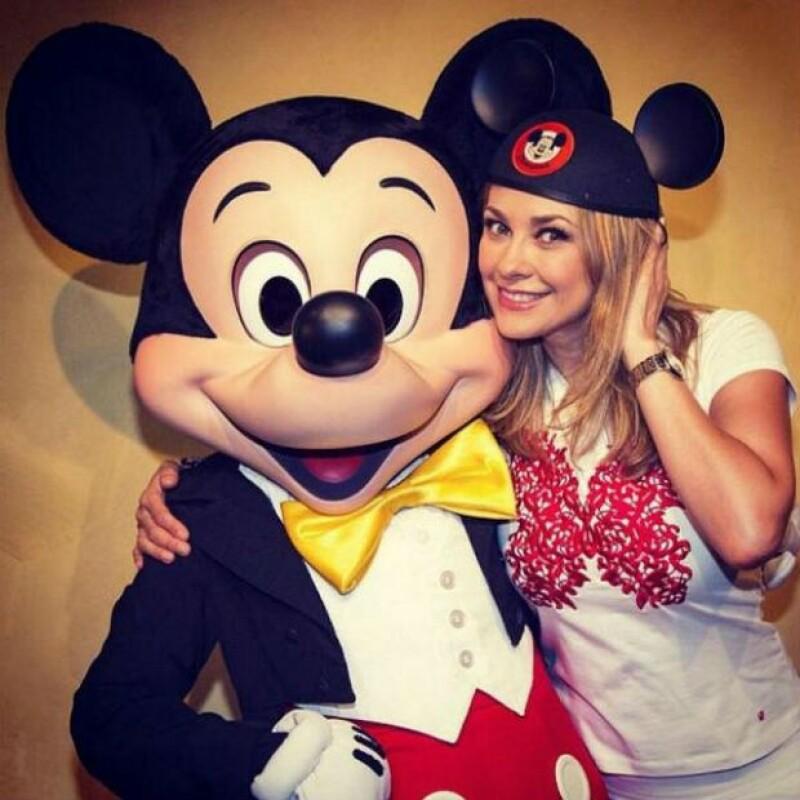 """Aprovechando su descanso de las grabaciones de """"Los Miserables"""", la actriz aprovechó para llevar a sus hijos Miguel y Daniel a disfrutar de Disneyland."""